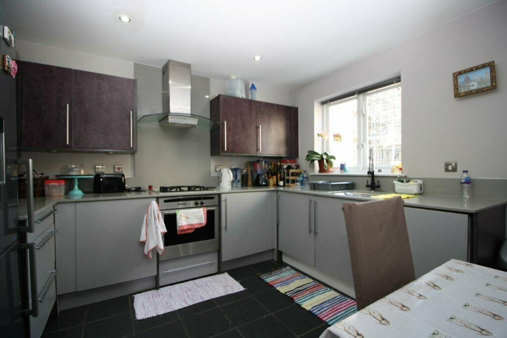 A spacious four/five double bedroom, two bathroom, four storey townhouse ST DAvids Sq E14,£725PW-SA