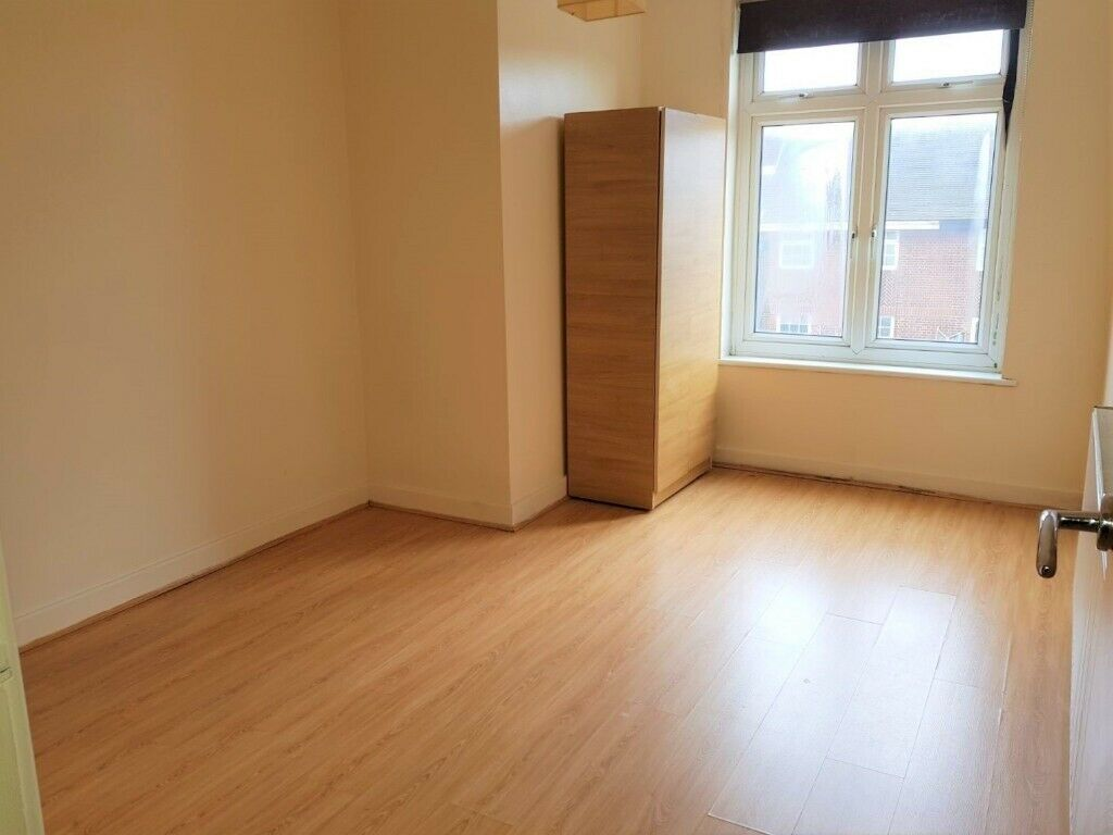 ***AMAZING TWO BEDROOM SECOND FLOOR FLAT ON CHINGFORD HIGH STREET CLOSE TO SHOPS ***£1250PCM***