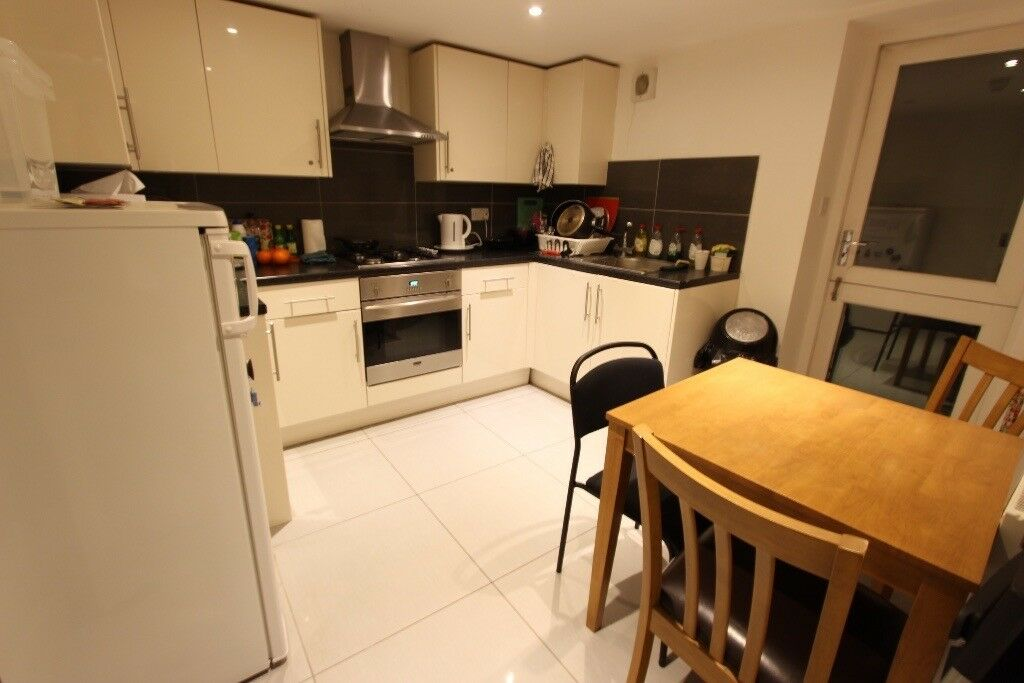 SPACIOUS ROOM to let. W1T ideal for Shops, TUBE, AMENITIES, CINEMA. Furnished. AVAILABLE NOW