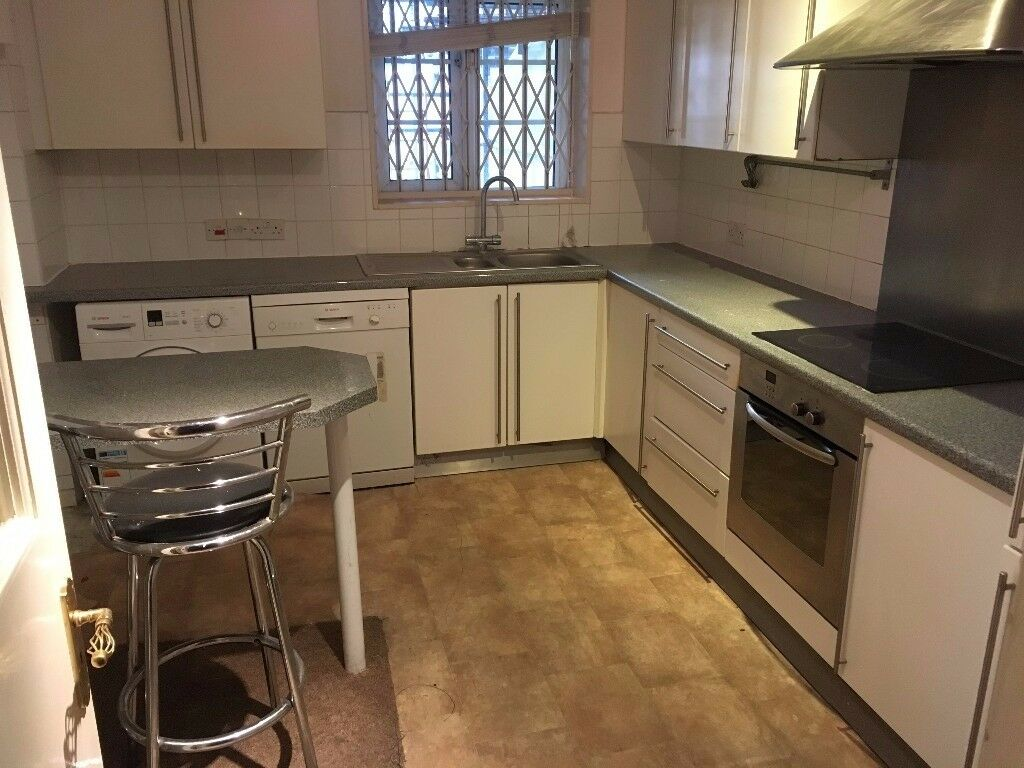 Block Lift 1st Floor 4 Bed 2 Bath Flat SittingRoom Doors To Balcony EatInKitchen Near Tube Bus Shops