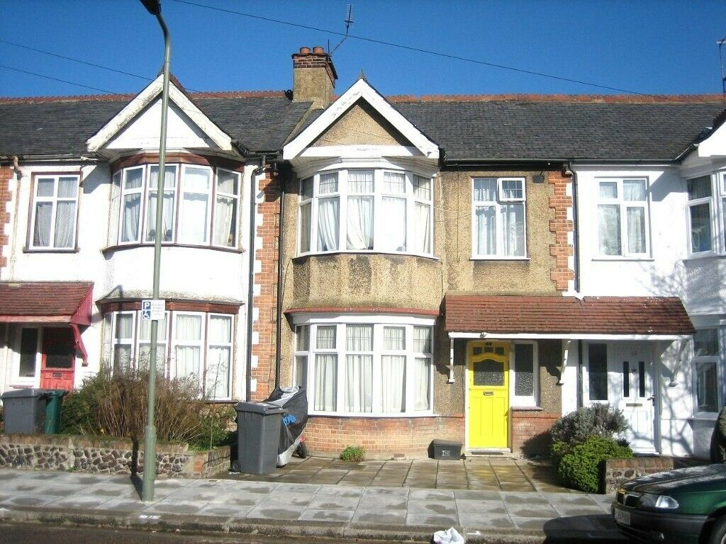 AMAZING VALUE 4 BEDROOM HOUSE NEAR TUBE, BUSES, SCHOOLS, PARK, MIDDX UNIVERSITY & SHOPPING CENTRE