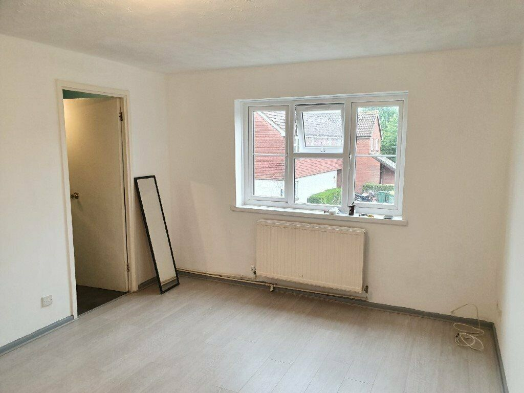 Newlt redecorated 2 bedroom flat on Kirkham Road, London E6. Close to transport and shops
