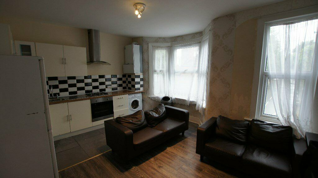Beautiful First Floor 2 bed flat within 5 mins to Upton Park Tube close to Banks, shops & transport