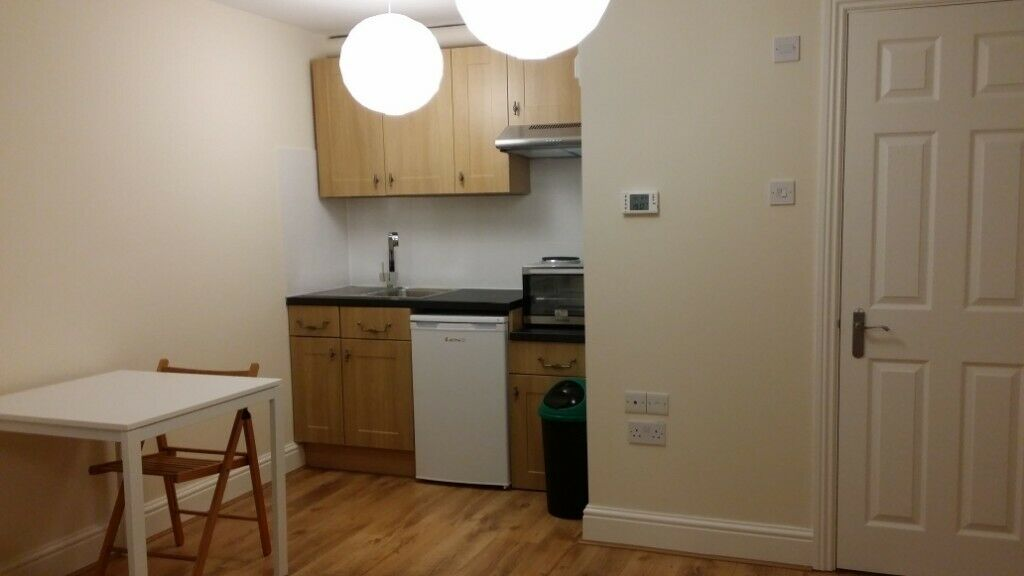 Large Studio flat 1 minute walk away from tube and shops
