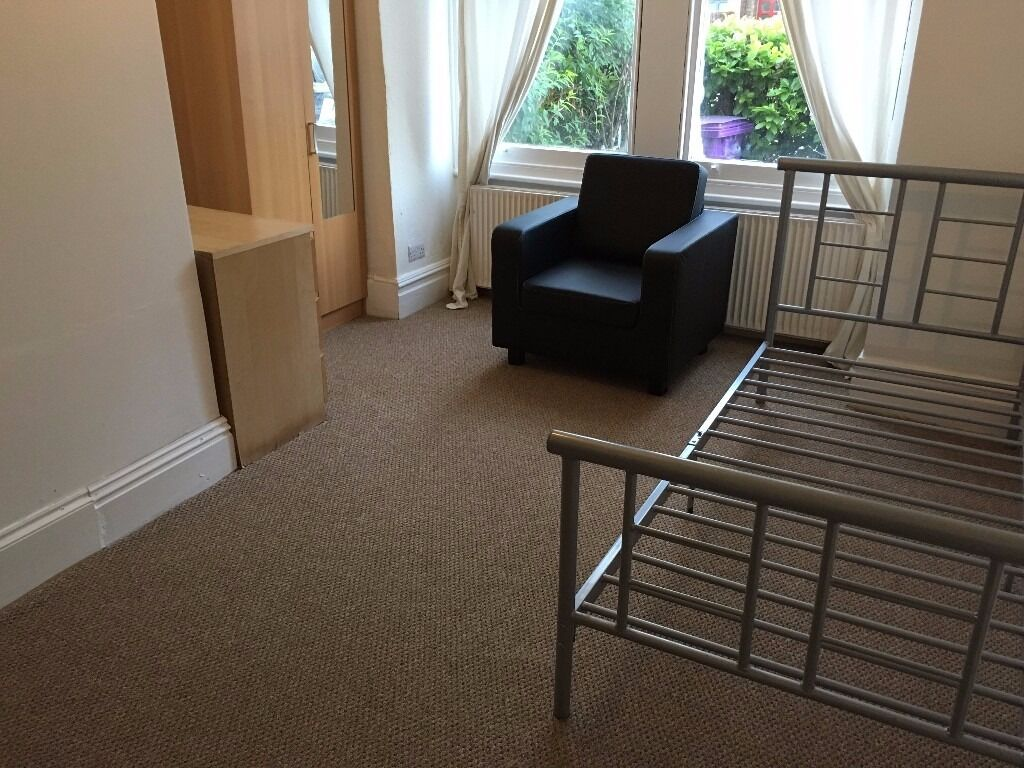 In House EnSuite Double Rooms Share Kitchen Includes Bills Near Tube Bus Shops
