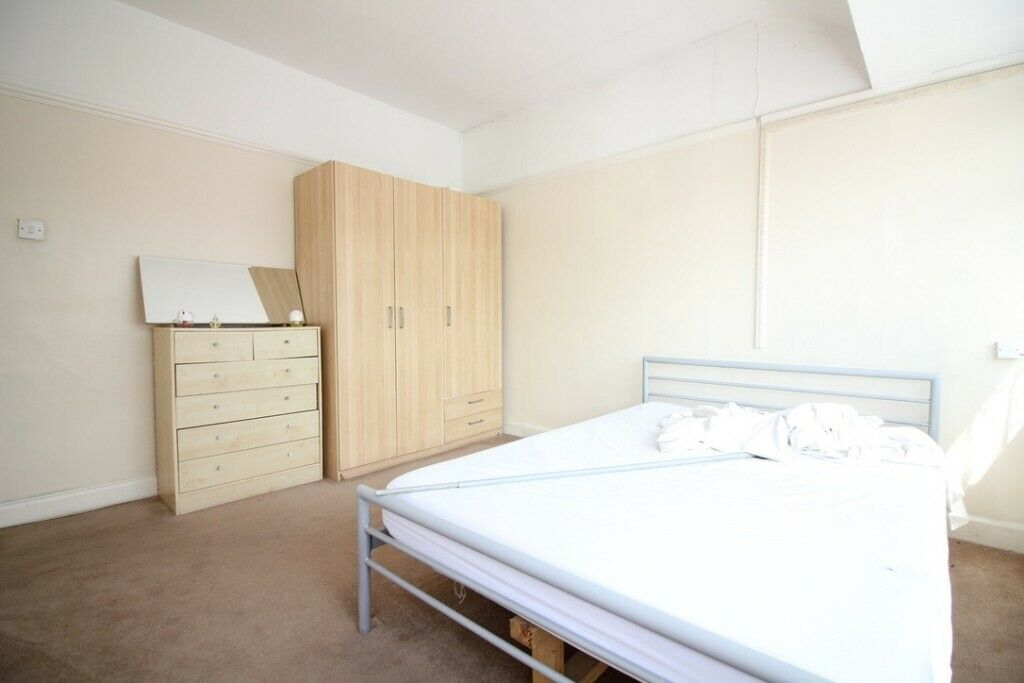 SPACIOUS THREE BED HOUSE WITH GARAGE IN SOUTHALL NEAR SHOPS, SCHOOLS, BUSES, PARKS AND BROADWAY