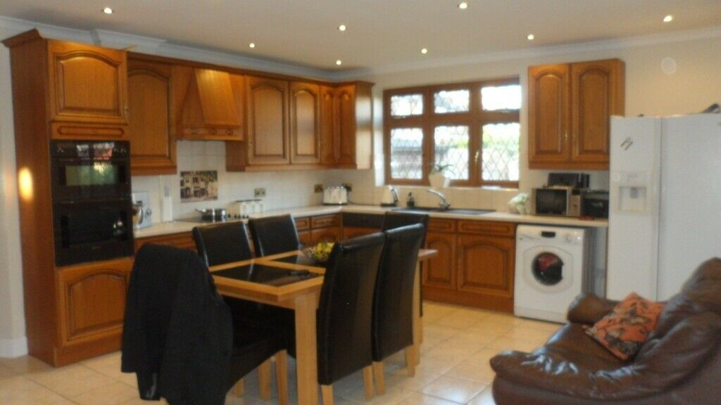 STUNNING THREE DOUBLE BEDROOM MAISONETTE FOR RENT LOCATED IN LEYTON! CLOSE TO ALL SHOPS AND STATION