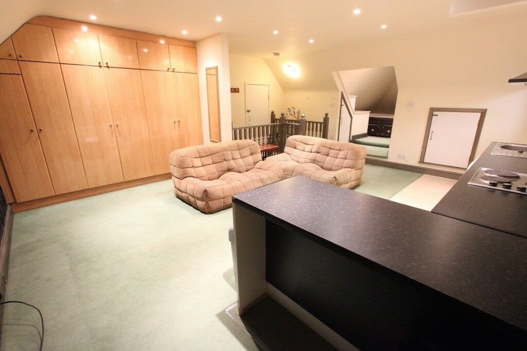 LARGER than AVERAGE 1 BED FLAT. On doorstep of all amenities, tube, bus, shops. AVAIL TODAY. EN4