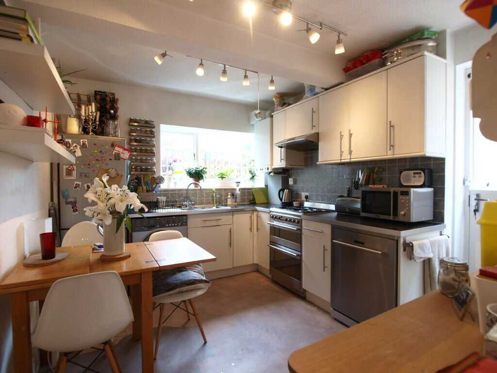 A stunning 3 double bedroom split level flat located close to Finsbury Park and Manor House